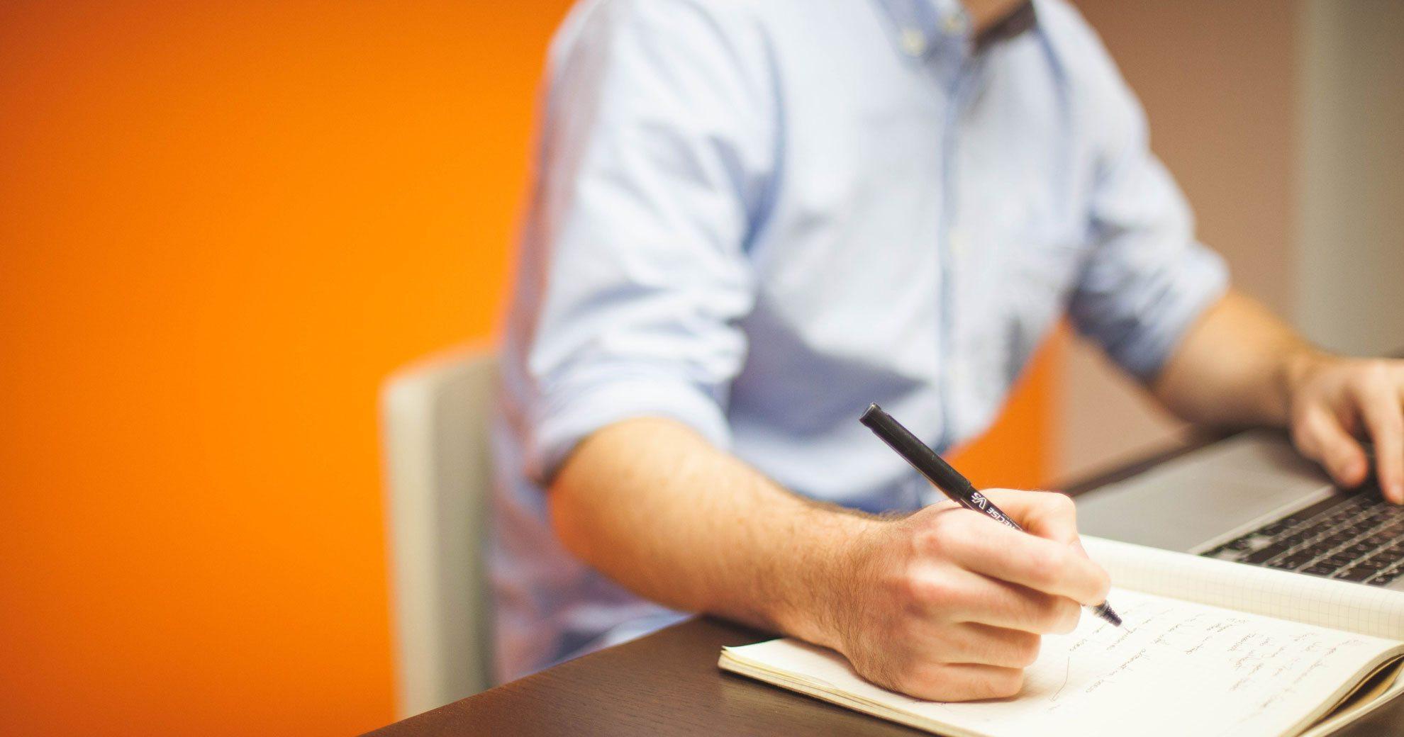 MVE SELECT - header home | man aan het schrijven